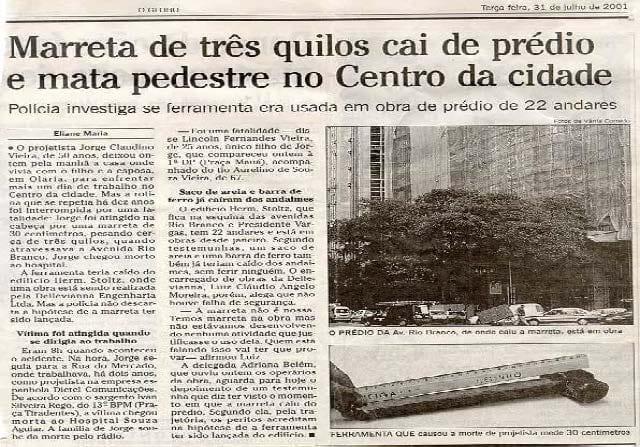 Manchete de Jornal. Marreta de três quilos cia de prédio e mata pedestre no Centro da cidade.